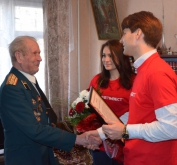 Young people of KHARTSYZSK PIPE PLANT help veterans